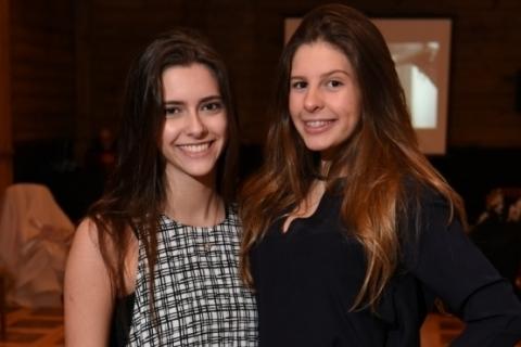 Fotolegenda Daniela Barcelos Gurski e Catarina Wolf Rohde integram o grupo de debutantes da Leopoldina Juvenil