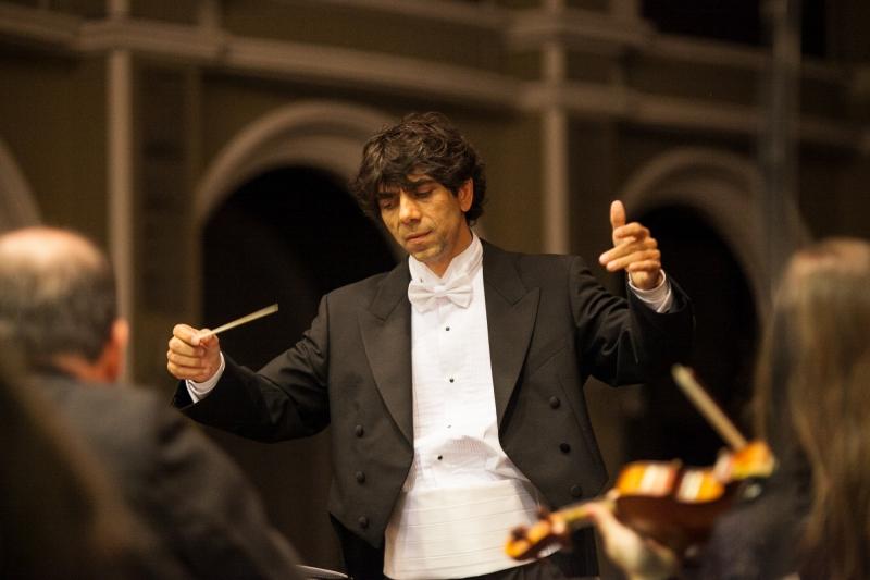 Tiago Flores rege a Orquestra da Ulbra