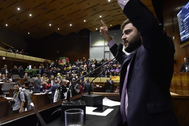 Público nas galerias criticou posição do governo durante fala de Souza