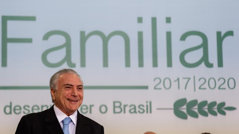 31/05/2017 Cerimônia de Lançamento do Plano Safra da Agricultura Familiar 2017/2020  (Brasília - DF, 31/05/2017) Cerimônia de Lançamento do Plano Safra da Agricultura Familiar 2017/2020. (E/D) Presidente Michel Temer assina decretos. Foto: Marcos Corrêa/PR
