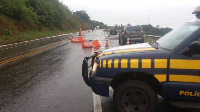 Rodovia BR-153 entre RS e SC, km 2 em Marcelino Ramos, com transito interditado para tráfego pesado. Carros leves em meia pista, devido à chuva