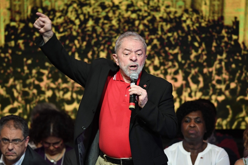 Brazilian former presidents Luiz Inácio Lula Da Silva delivers a speech during the Workers Party (PT) National Congress to elect its new president, in Brasilia on June 1, 2017. / AFP PHOTO / EVARISTO SA