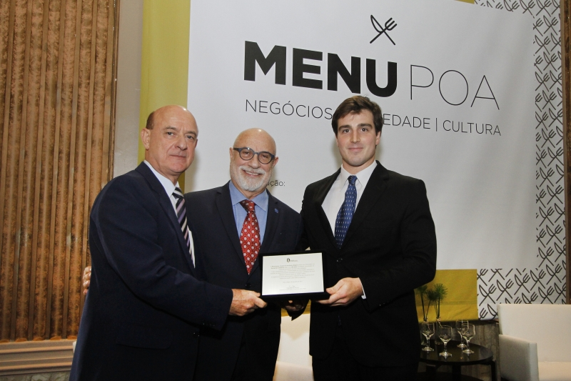 Tumelero (d) e Borges receberam distinção de Paulo Afonso Pereira