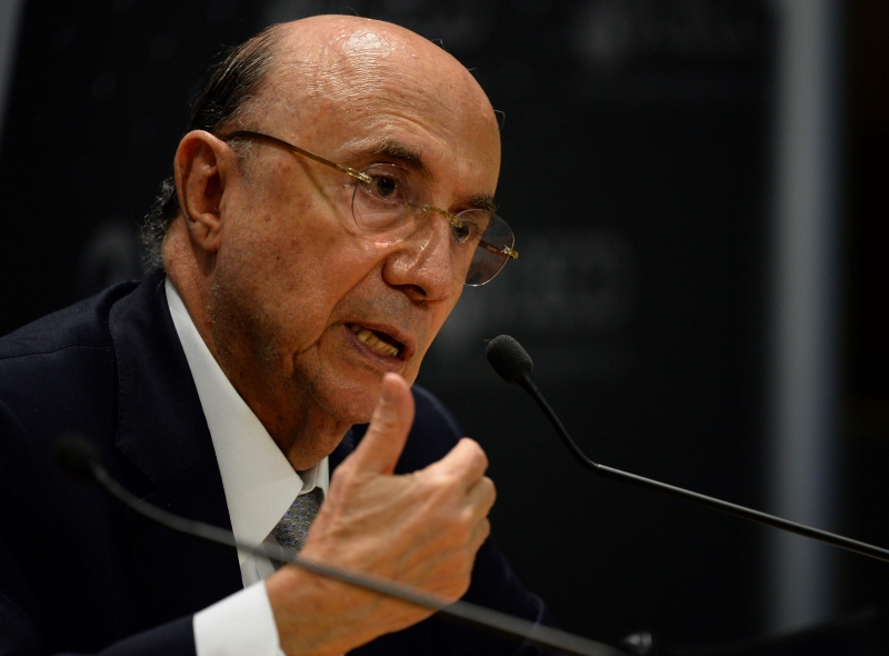 Brazil's Finance Minister Henrique Meirelles talks during a press briefing on June 7, 2017 at the OECD headquarters in Paris during the annual OECD forum and OECD ministerial meeting / AFP PHOTO / ERIC PIERMONT       Caption