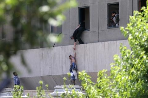 Sobe para 12 número de mortos em ataque no Parlamento e em mausoléu no Irã
