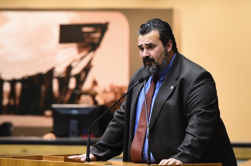 Projeto do líder do governo, Claudio Janta, foi mantido com 28 votos