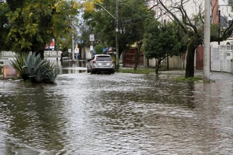 Chuvas em Porto Alegre - alagamentos na zona norte - Sertório com Joaquim Silveira e rua Dona Sebastiana
