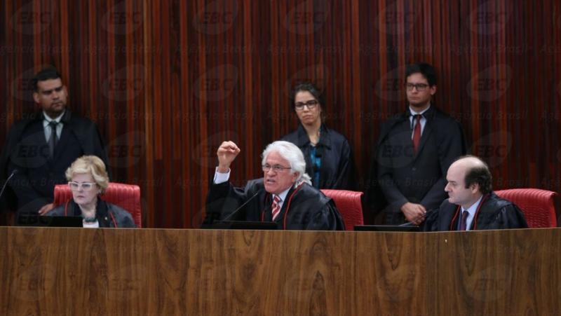 Os ministros Rosa Weber, Napoleão Nunes Maia e Tarcisio Vieira de Carvalho durante o quarto dia de julgamento da ação em que o PSDB pede a cassação da chapa Dilma-Temer (Fabio Rodrigues Pozzebom/Agência Brasil)