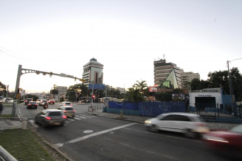 Impasse no atual contrato gera indefinições sobre o futuro das obras do viaduto da Plínio Brasil Milano