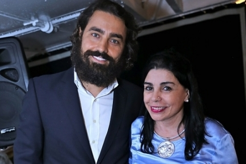 Fotolegenda O ator português Ricardo Pereira com Connie Lopes, que foi a anfitriã do jantar no navio-escola Sagres, no Rio de Janeiro