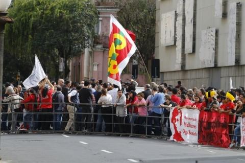 Apoiadores da Ocupação Lanceiros Negros fazem protesto no Piratini