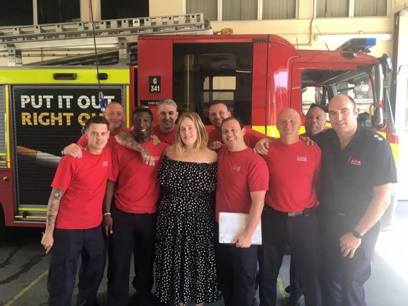 Adele surpreende bombeiros de Londres com visita
