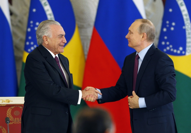 Russian President Vladimir Putin (R) shakes hands with his Brazil's counterpart Michel Temer after their meeting at the Kremlin in Moscow on June 21, 2017. / AFP PHOTO / POOL / Sergei Chirikov