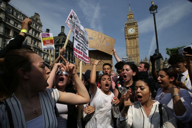 Manifestantes protestaram contra May após incêndio em prédio e ataques terroristas em Londres