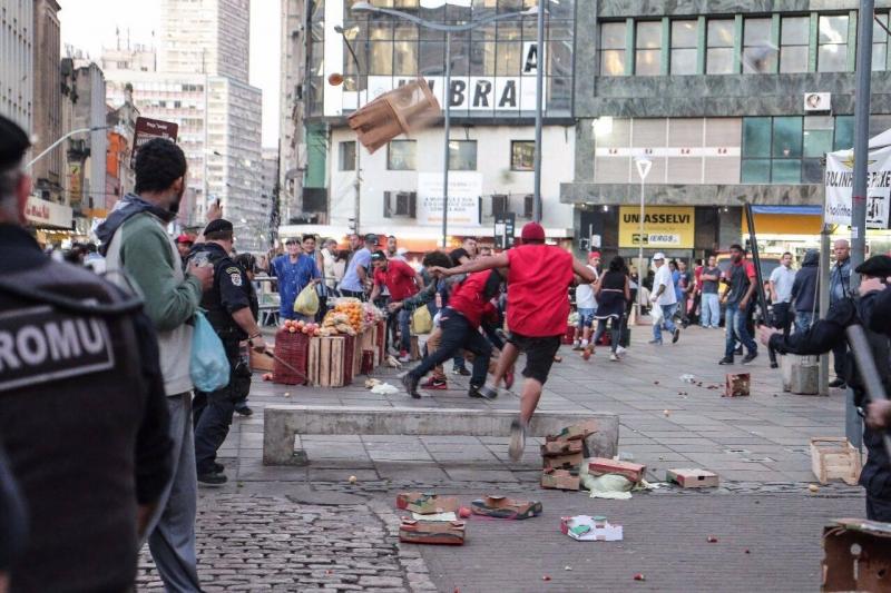 Ambulantes e Guarda entram em conflito - no centro de porto alegre - venda de frutas - largo Glenio Peres - Trabalho informal -