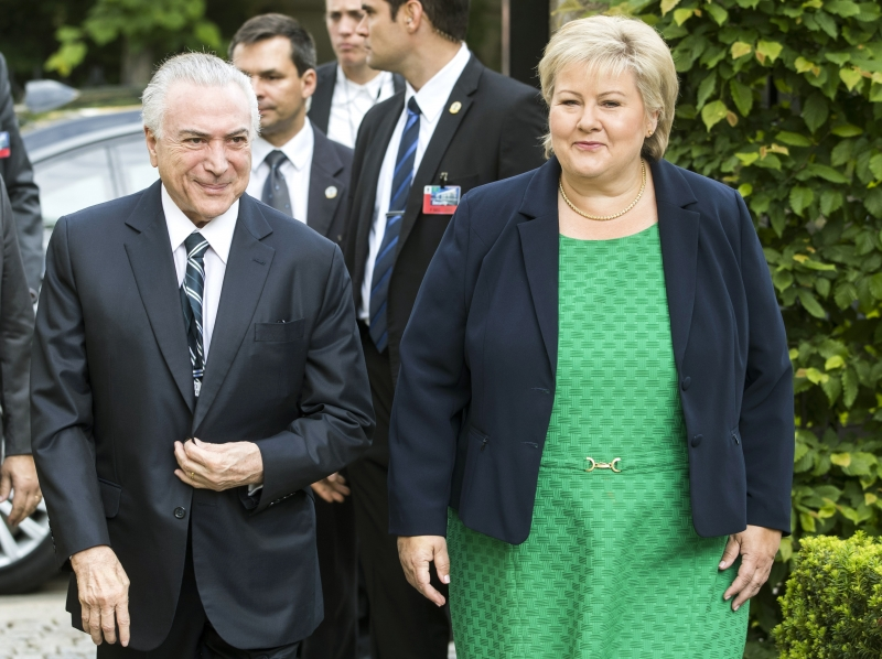 Norwegian Prime Minister Erna Solberg (R) walks with Brazilian President Michel Temer on June 23, 2017 in Oslo.   Temer will hold talks with Solberg over trade and the environment.  / AFP PHOTO / NTB scanpix / Håkon Mosvold Larsen / Norway OUT       Caption