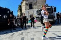 Proibida, parada LGBT é contida pela polícia em Istambul