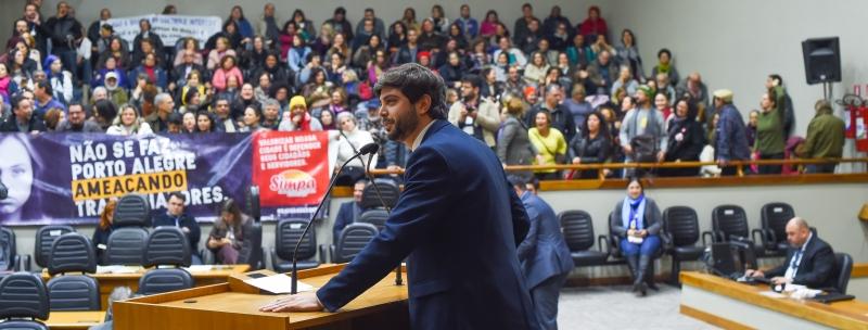 Plenário da Câmara de Vereadores de Porto Alegre -  vereador Thiago Camozzato (NOVO). Sessão ordinária, aumento de salários
