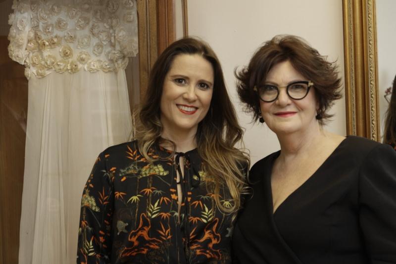 Gabriela e Solaine Piccoli na apresentação dos vestidos de noiva
