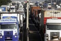 Empresas de carga do Rio protestam contra os roubos e fecham o trânsito