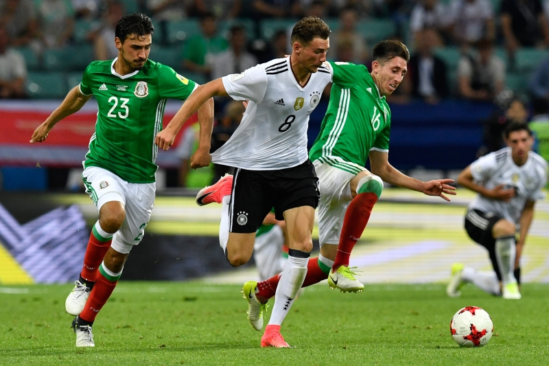 Mexico's midfielder Oswaldo Alanis (L) fights for the ball with Germany's midfielder Leon Goretzka (C) and Mexico's midfielder Hector Herrera during the 2017 Confederations Cup semi-final football match between Germany and Mexico at the Fisht Stadium in Sochi on June 29, 2017. / AFP PHOTO / Alexander NEMENOV