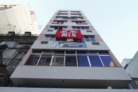 Lanceiros Negros ocupam prédio desativado de hotel no Centro de Porto Alegre