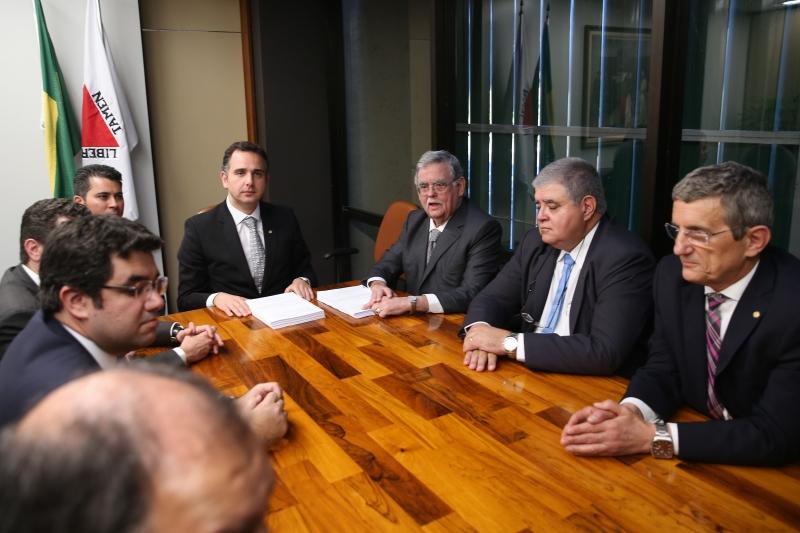 Antônio Mariz e Gustavo Guedes entregaram  defesa a Rodrigo Pacheco (C)