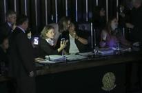 Sem luz, senadoras mantêm ocupação da Mesa do Senado para impedir votação