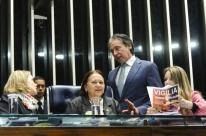 Eunício suspende sessão ao ser impedido de sentar na cadeira de presidente