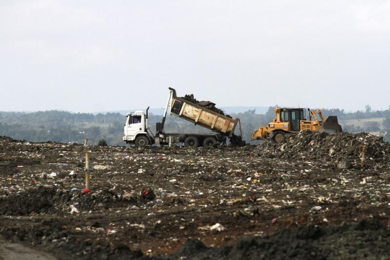 Resíduos são pesados e identificados antes de irem para aterragem