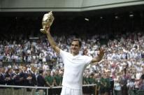 Federer domina rival lesionado, fatura 8º título e faz história em Wimbledon
