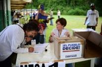 Milhares votam em plebiscito simbólico contra Nicolás Maduro
