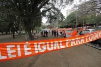 Manifestantes protestam contra aumento do fundo eleitoral