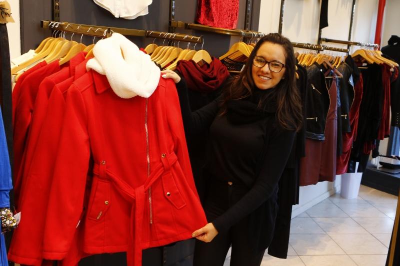 Wanderleia Andersen, vendedora da Tithãs, comemora interesse dos clientes por casacos mais pesados