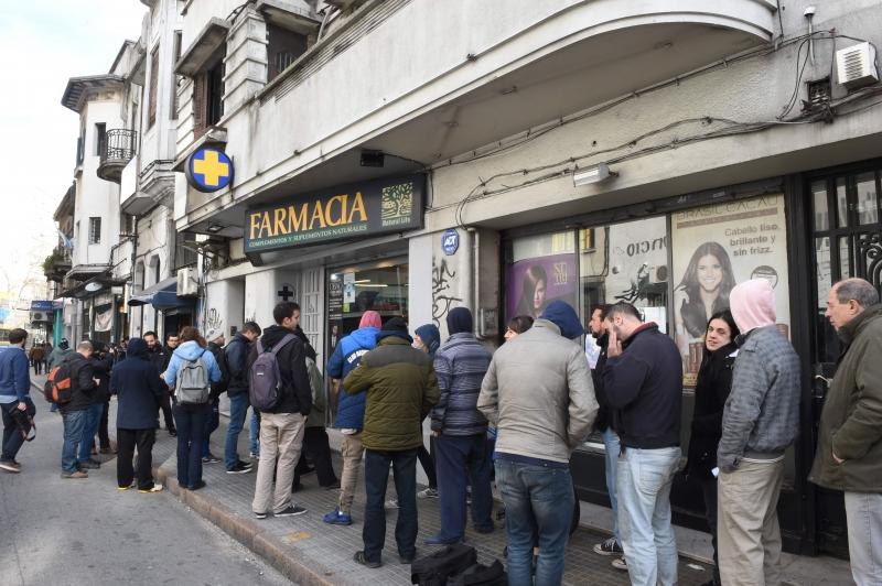 Consumidores fizeram fila em frente às farmácias habilitadas em Montevidéu e outras cidades