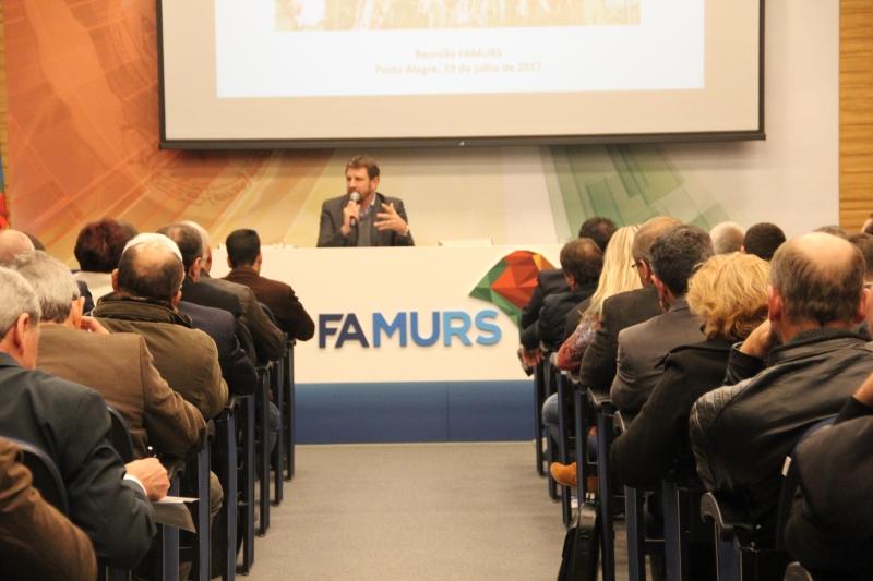 Secretário Ernani Polo (centro) apresentou na Famurs o texto do governo encaminhado para a Assembleia