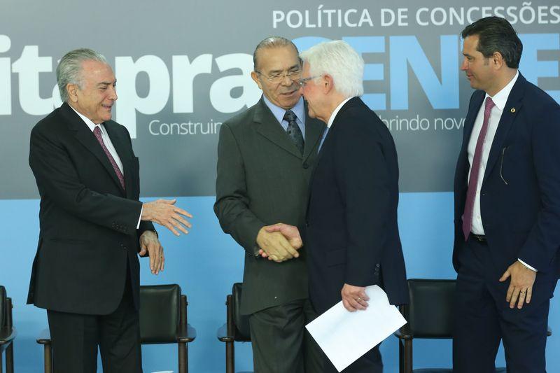 Temer, ministros e empresários celebraram a concessão dos aeroportos em cerimônia no Planalto