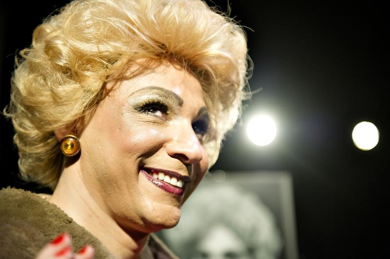 Com Everton Pradella, espetáculo A Myrna como ela é abre Mostra Internacional de Monólogos