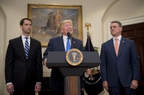 Trump anuncia projeto para restringir green card a imigrantes qualificados