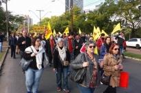 Professores protestam em Porto Alegre contra o parcelamento de salários