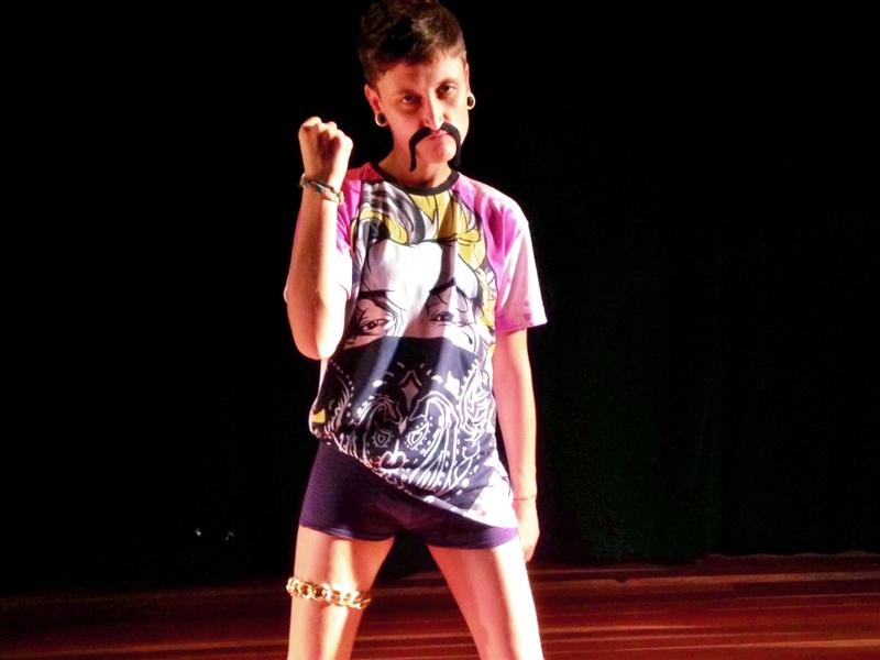 Em cena, Virginia Anderle Cigolini na peça Teatro Pop, da Cia. Indeterminada