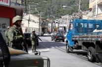 Operação cumpre 18 mandados de prisão e acaba com três mortes no Rio