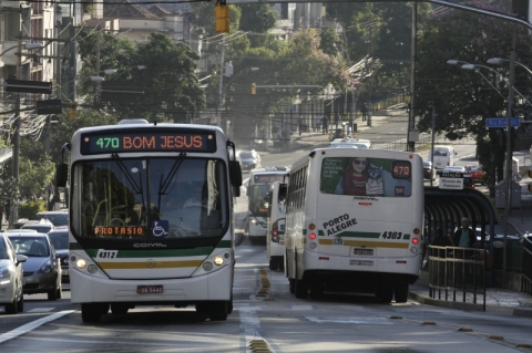 Ônibus de Porto Alegre voltam a operar em horário normal nesta quinta-feira