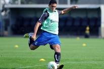 Edílson fica novamente fora de treino e desfalca o Grêmio na Libertadores
