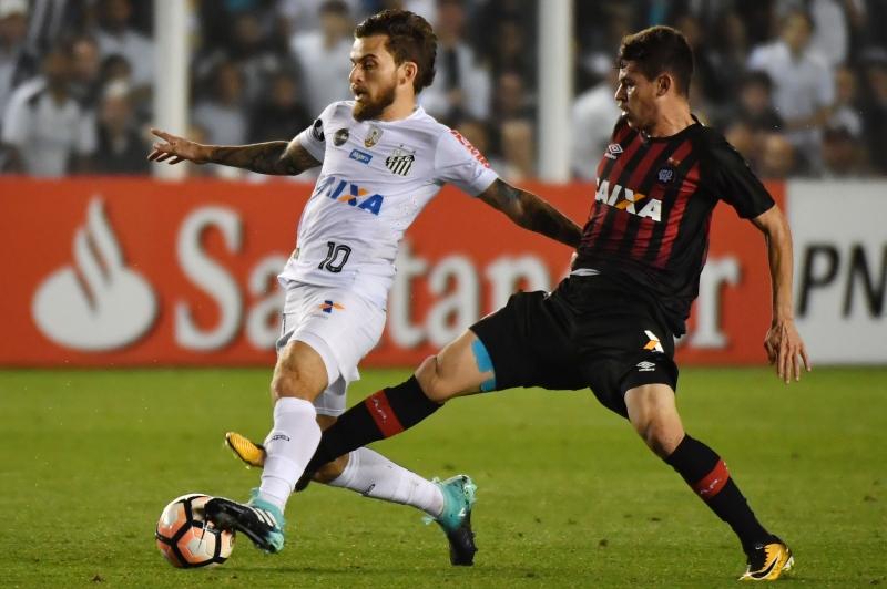 Atletico de Matheus Rossetto (d) pressionou a partida toda, mas não conseguiu vencer o Santos de Lucas Lima (e)