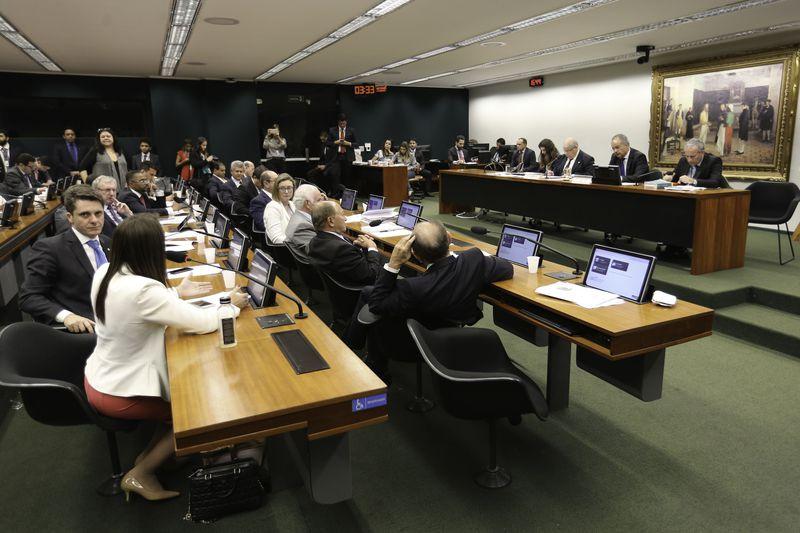 Texto foi aprovado por 25 votos a 8 pela comissão