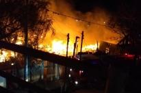 Incêndio destrói casas na Ilha do Pavão, em Porto Alegre