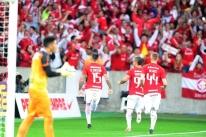 Zagueiros decidem contra o Londrina e Inter vence a quarta consecutiva
