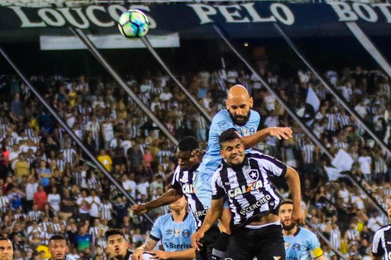 Jogadores Bruno Rodrigo e Emerson Silva em lance durante a partida