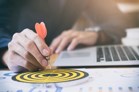Empresas & Negócios - sucesso - crescimento - alvo - plano - gestão - divulgação Ijeab - Freepik.com Businessman holding red dart push on target. Business strategy planning success target goals. Business development concept
